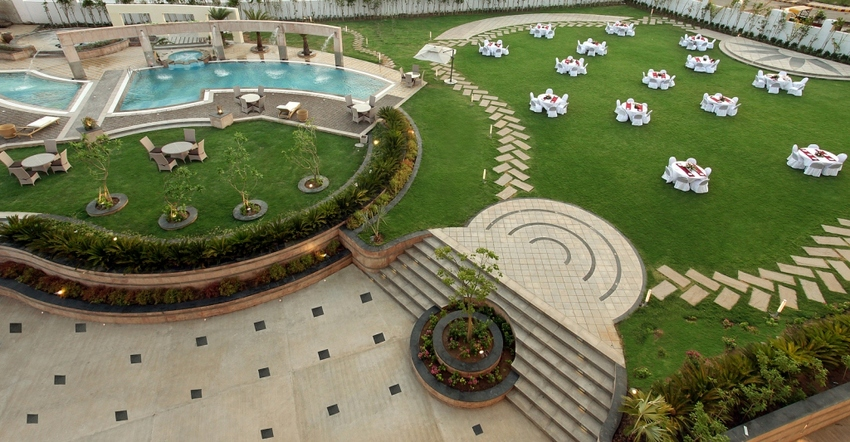 Large wedding lawn  pool  2